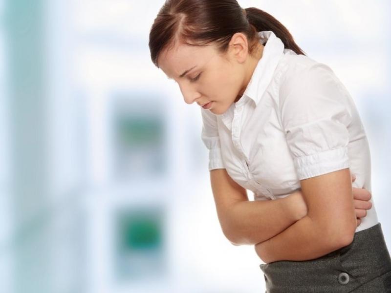 Болит желудок и отдает в спину