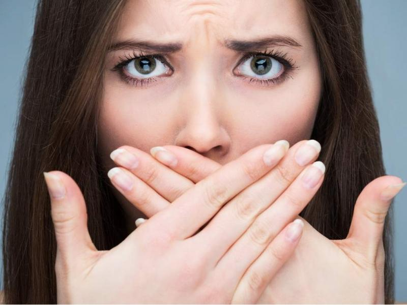 запах изо рта причины белые комочки